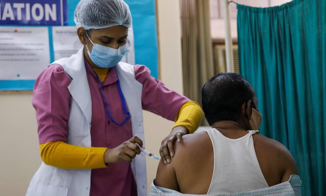 Um homem recebe a vacina contra a Covid-19 da Bharat Biotech, chamada Covaxin, em um centro de vacinação em Nova Delhi, Índia, 13 de fevereiro de 2021. Foto: ADNAN ABIDI / REUTERS