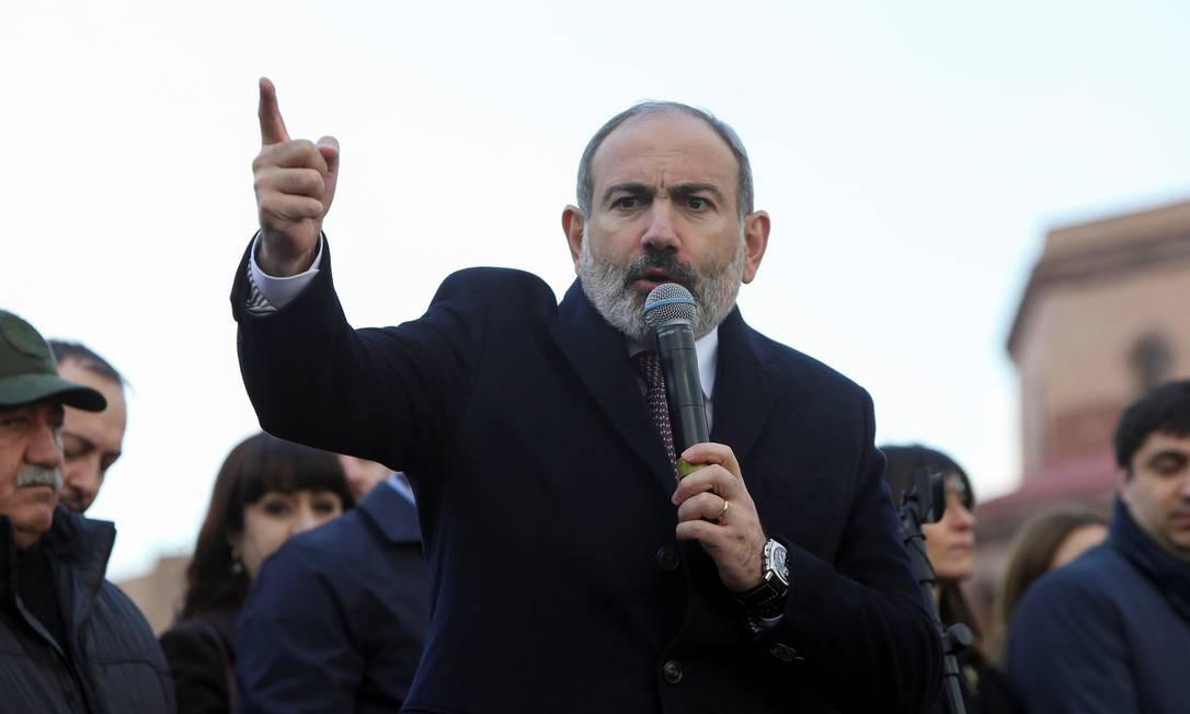 O primeiro-ministro da Armênia, Nikol Pashinyan, discursa para seus apoiadores no centro da capital, Ierevan Foto: Stepan Poghosyan/Photolure / via REUTERS/25-2-2021