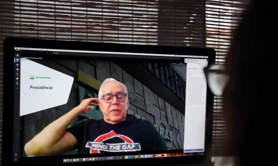 """O presidente da Petrobras, Roberto Castello Branco, usa camiseta com a frase do metrô de Londres: """"Mind the Gap"""", que pode ser traduzido com """"cuidado com o vão"""" ou """"com a defasagem"""" Foto: SERGIO MORAES / REUTERS"""
