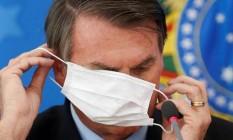 Presidente Jair Bolsonaro se atrapalha ao colocar máscara Foto: Divulgação