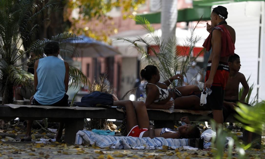 Moradores em situação de rua em praça no Largo do Machado, na Zona Sul do Rio Foto: Luiza Moraes / Agência O Globo