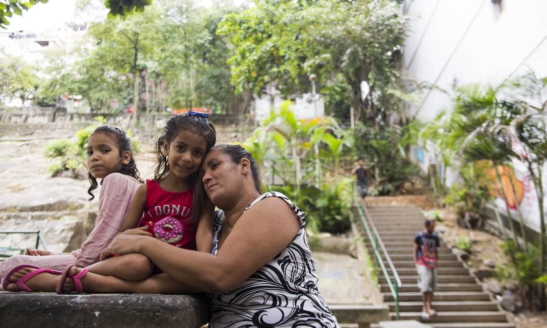 A família no acesso à comunidade do Pavão-Pavãozinho, em Copacabana Foto: Maria Isabel Oliveira / Agência O Globo