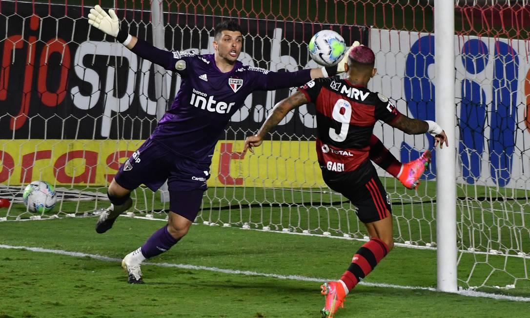 Volpi e Gabigol na partida entre Sao Paulo x Flamengo Foto: Agencia Enquadrar / Alexandre Brum/Agencia Enquadrar