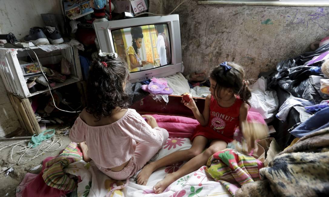 As filhas de Ana Paula na sala de condições precárias Foto: Domingos Peixoto / Agência O Globo
