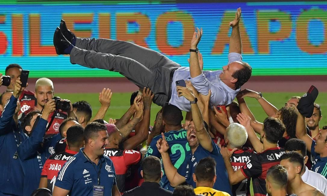 Jogadores do Flamengo carregam o técnico Rogerio Ceni após o título Foto: NELSON ALMEIDA / AFP
