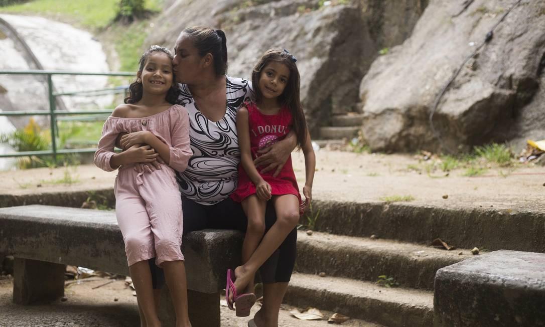 A família no acesso ao Pavão-Pavãozinho Foto: Maria Isabel Oliveira / Agência O Globo
