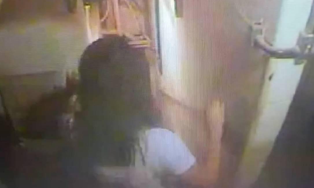 Talyssa busca socorro após cair do terceiro andar de hotel em Copacabana Foto: Reprodução