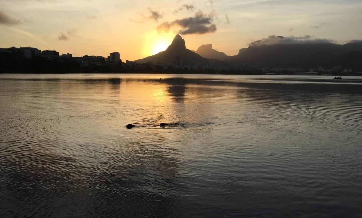 """""""Vesúvio carioca"""". É assim que a escritora Cristina Zuccolo descreve o entardecer na cidade: a """"nadadora"""" flagrada por ela na foto é sua cadelinha Duna em mergulho na Lagoa Foto: Cristina Zuccolo / Cortesia"""