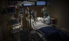 A médica que esteve internada com complicações de quadro de Covid-19 foi tratada pela mesma equipe com quem trabalha hoje em dia no CTI do Hospital Samaritano. Foto: Guito Moreto / Agência O Globo