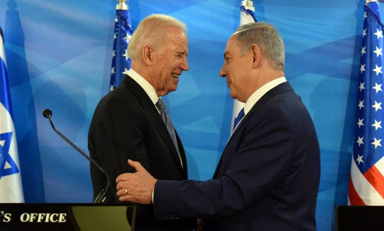 Biden conversa com Netanyahu para discutir esforços de paz e cooperação. O telefonema durou cerca de uma hora incluiu assuntos como a política no Irã e acordos entre israelenses e árabes, negociados durante o governo Trump Foto: DEBBIE HILL / AFP - 09/03/2016