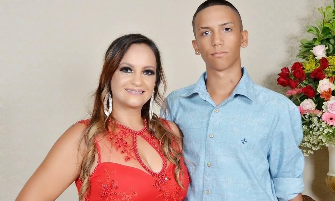 A técnica de saúde bucal Adriana Nunes e seu filho de 16 anos Foto: Arquivo pessoal