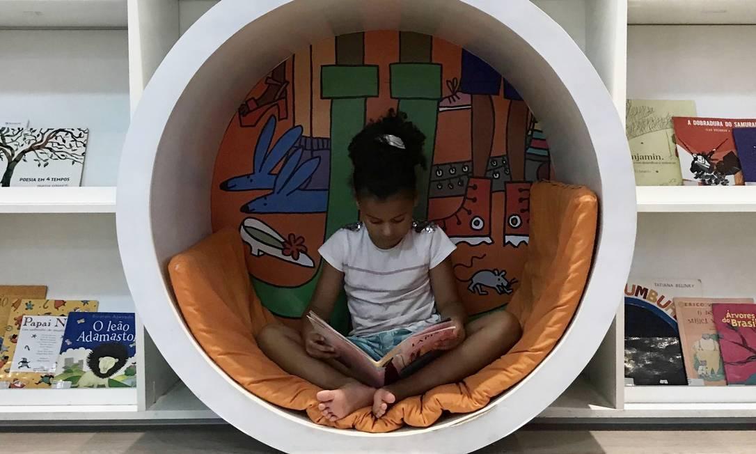 Nina, de 7 anos, aprendeu a ler com a mãe, Katia Nunes: 'Valorizo o professor que, com tantas dificuldades e individualidades, alfabetiza tantas crianças' Foto: Arquivo pessoal