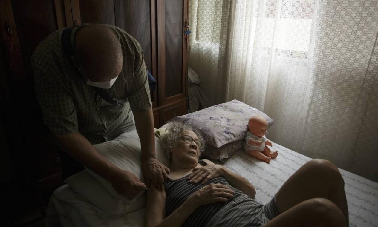 Marlene Benedito Falcão, de 79 anos, recebe uma dose da vacina. Ela já teve Covid-19 e ficou internada e entubada por 11 dias Foto: Márcia Foletto / Agência O Globo