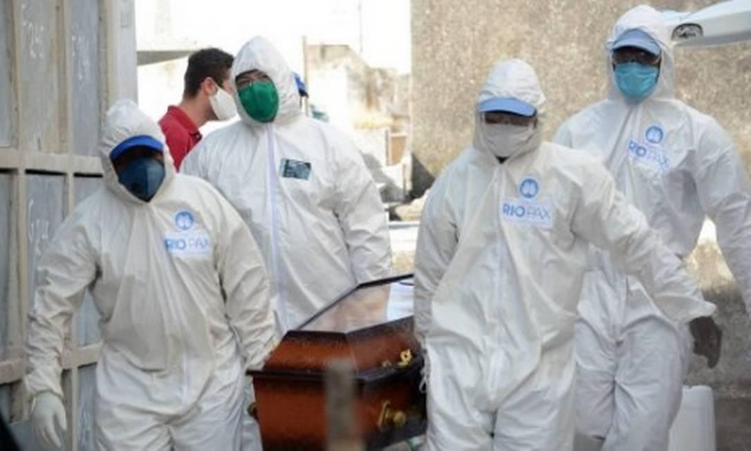 Vítima de Covid-19 é sepultada no cemitério de Irajá, na Zona Norte do Rio, por coveiros com equipamentos de proteção contra o coronavírus Foto: orge Hely / FramePhoto/Agência O Globo/30-5-2020