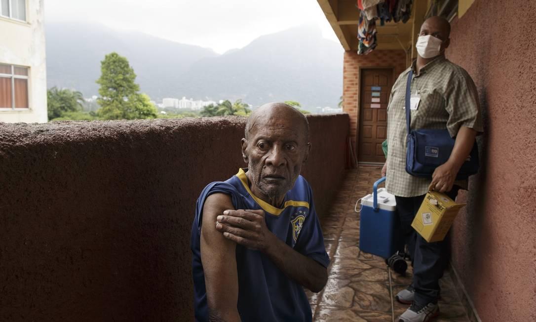 Walter Lopes, de 81 anos, recebeu a vacina Foto: Márcia Foletto / Agência O Globo