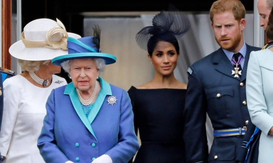 Elizabeth II, Meghan e Harry, durante evento que comemorou o centenário da Força Aérea Real, em 2018 Foto: TOLGA AKMEN / AFP