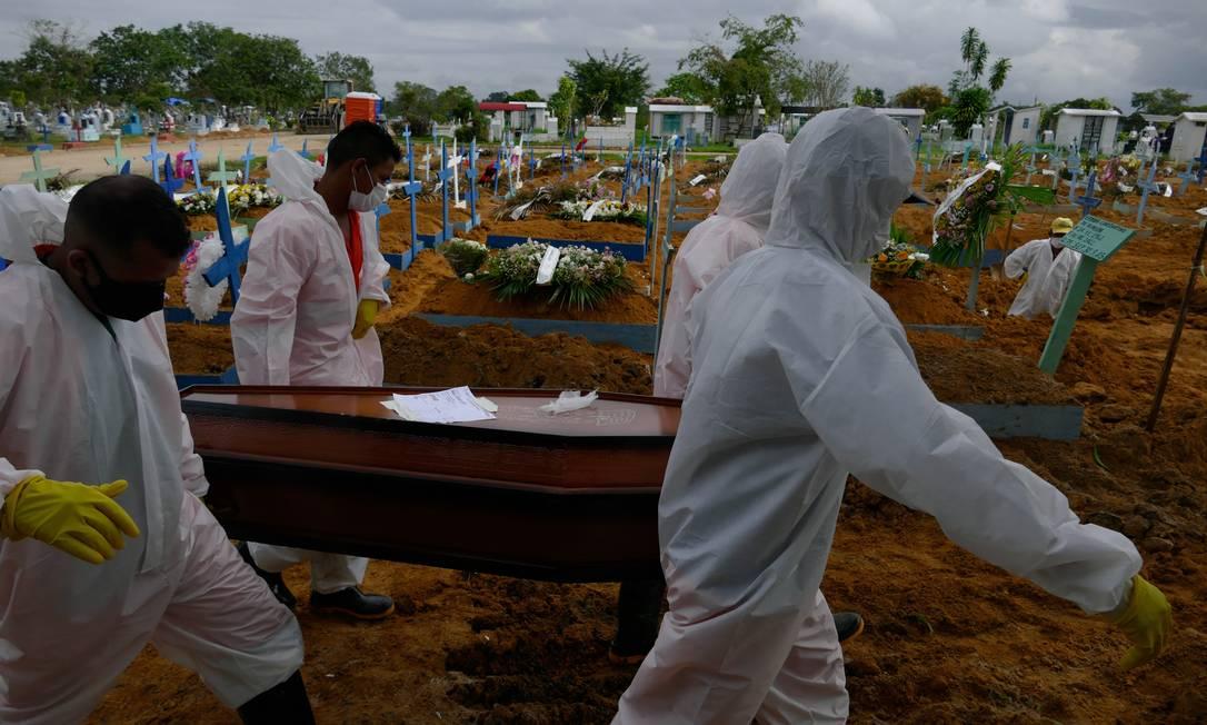 Enterro de vítima de Covid-19 em Manaus: cidade sofre com colapso do sistema hospitalar e funerário Foto: Sandro Pereira/Fotoarena/Agência O Globo/2-2-2021