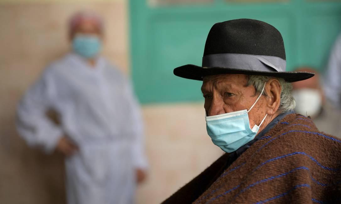 Idoso aguarda para ser vacinado em Sibate, na Colômbia; dos 33 países latino-americanos e caribenhos, 18 não começaram a vacinar Foto: RAUL ARBOLEDA / AFP