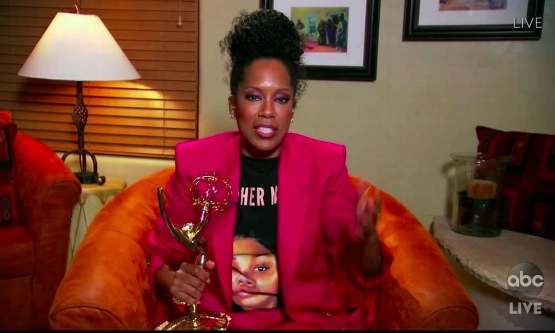 Regina King recebe prêmio de melhor atriz na 72ª edição do Emmy vestindo uma camiseta com o rosto de Breonna Taylor, jovem negra americana morta a tiros pela polícia dos EUA em março de 2020 Foto: Reprodução