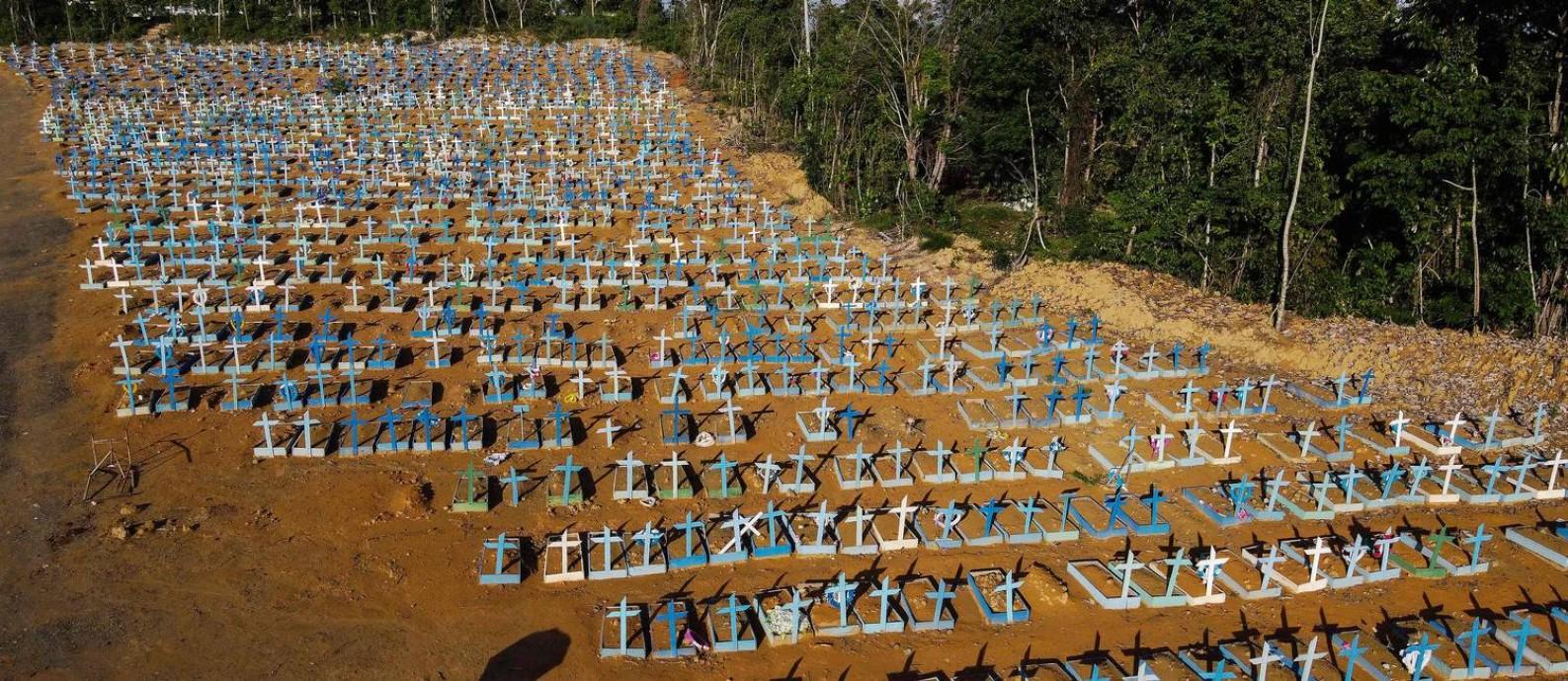 Área do cemitério Nossa Senhora Aparecida, em Manaus, onde são enterrados mortos por Covid-19 Foto: Michael Dantas/AFP/27-12-2020