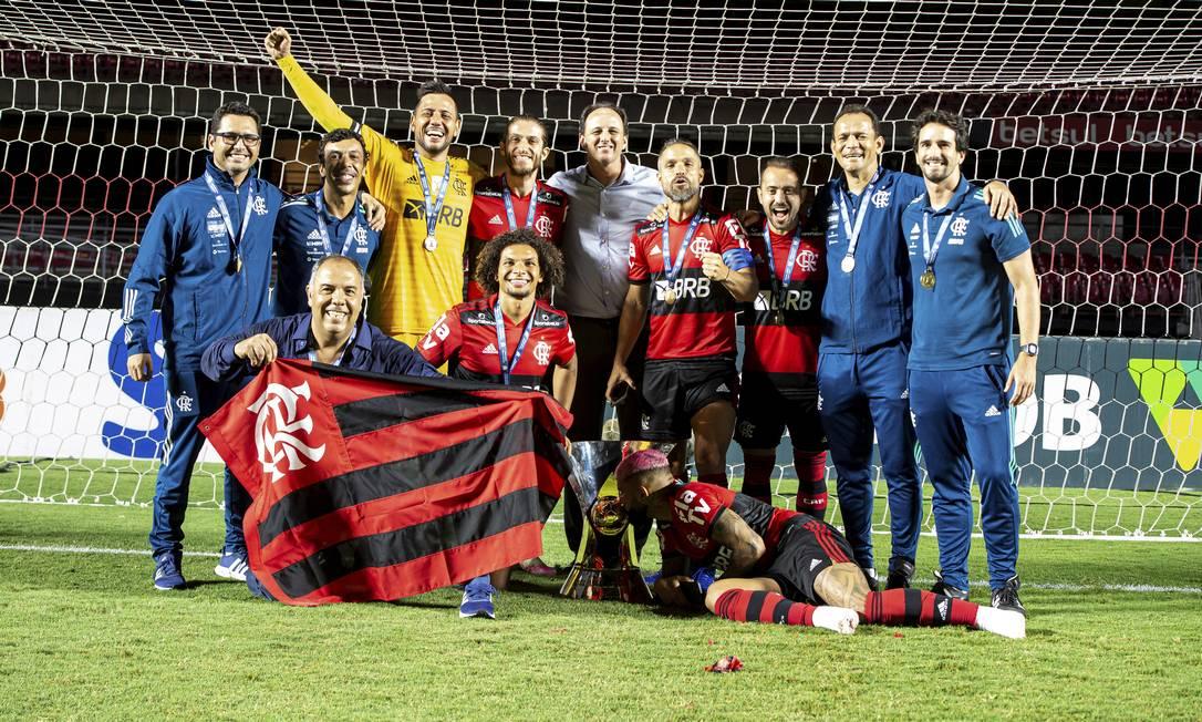 Jogadores, diretoria e comissão posam com a taça do Brasileiro Foto: Alexandre Vidal/Flamengo