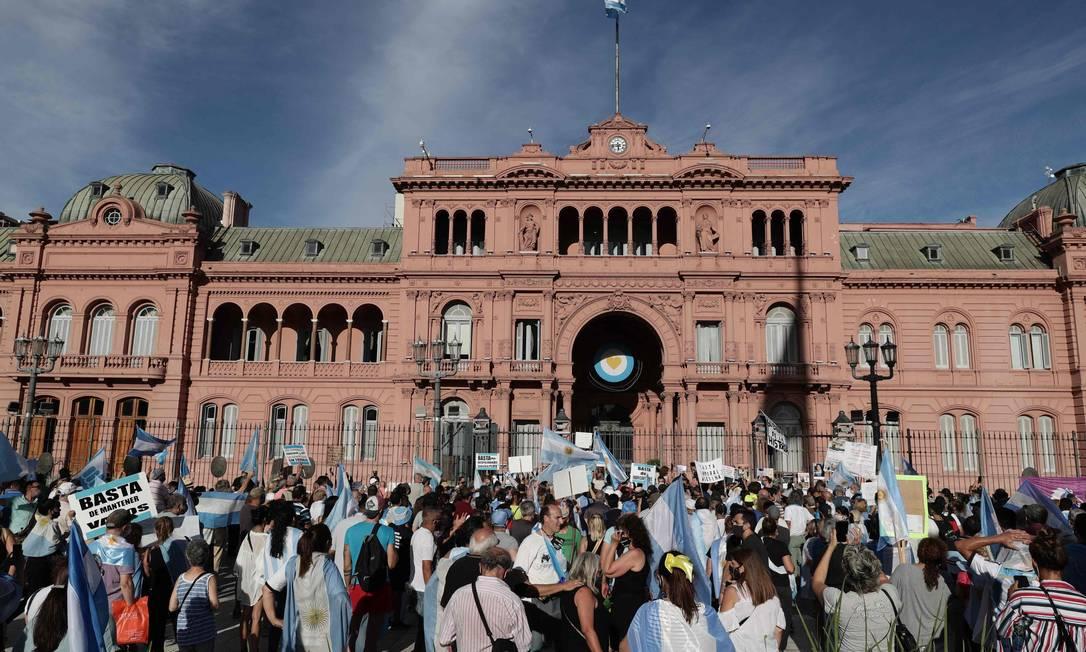 Pessoas protestam contra o governo do presidente Alberto Fernandez, após o escândalo da vacinação 'vip', em frente ao palácio presidencial Casa Rosada, em Buenos Aires Foto: ALEJANDRO PAGNI / AFP/27-01-2021