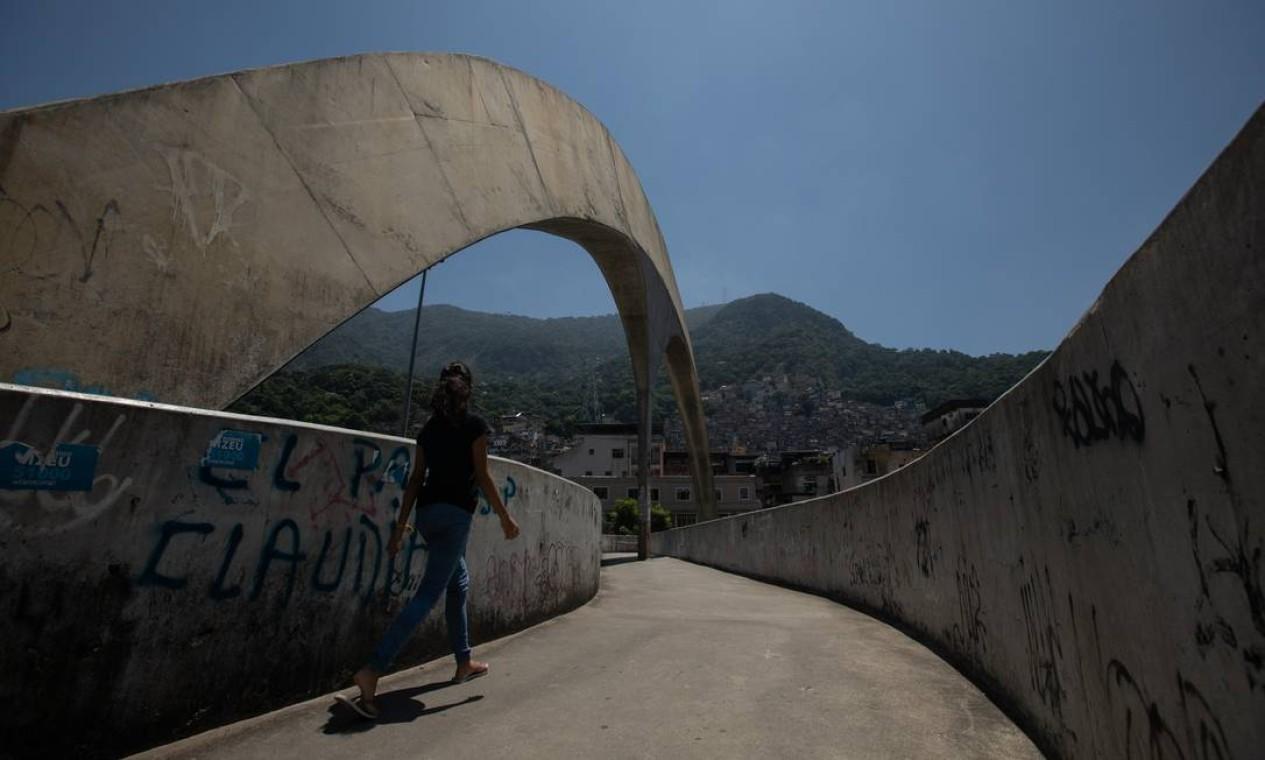 Rocinha, vista da passarela que cruza a Autoestrada Lagoa-Barra Foto: Brenno Carvalho / Agência O Globo