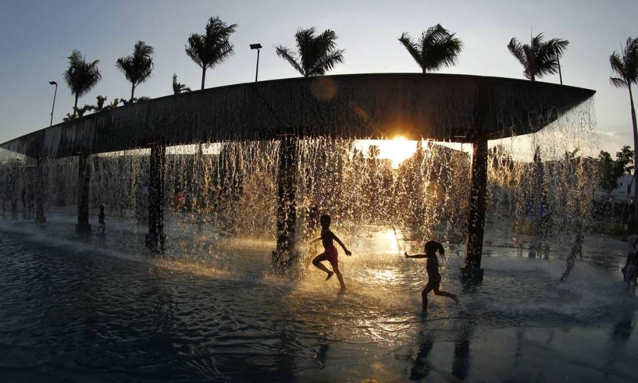 Pôr do sol no Parque Madureira Foto: Thiago Freitas / Agência O Globo
