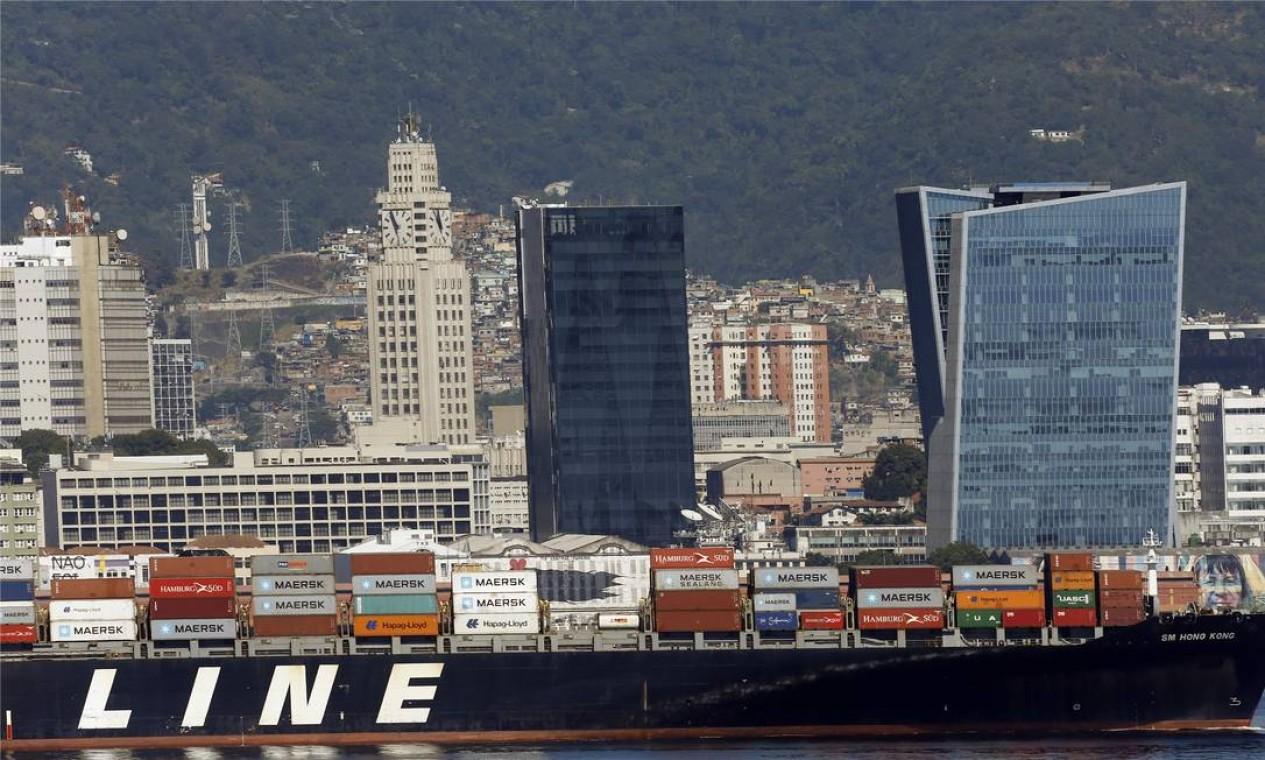 O centro da cidade visto atrás de navio de cargas que entra na Baía de Guanabara Foto: Antonio Scorza / Agência O Globo