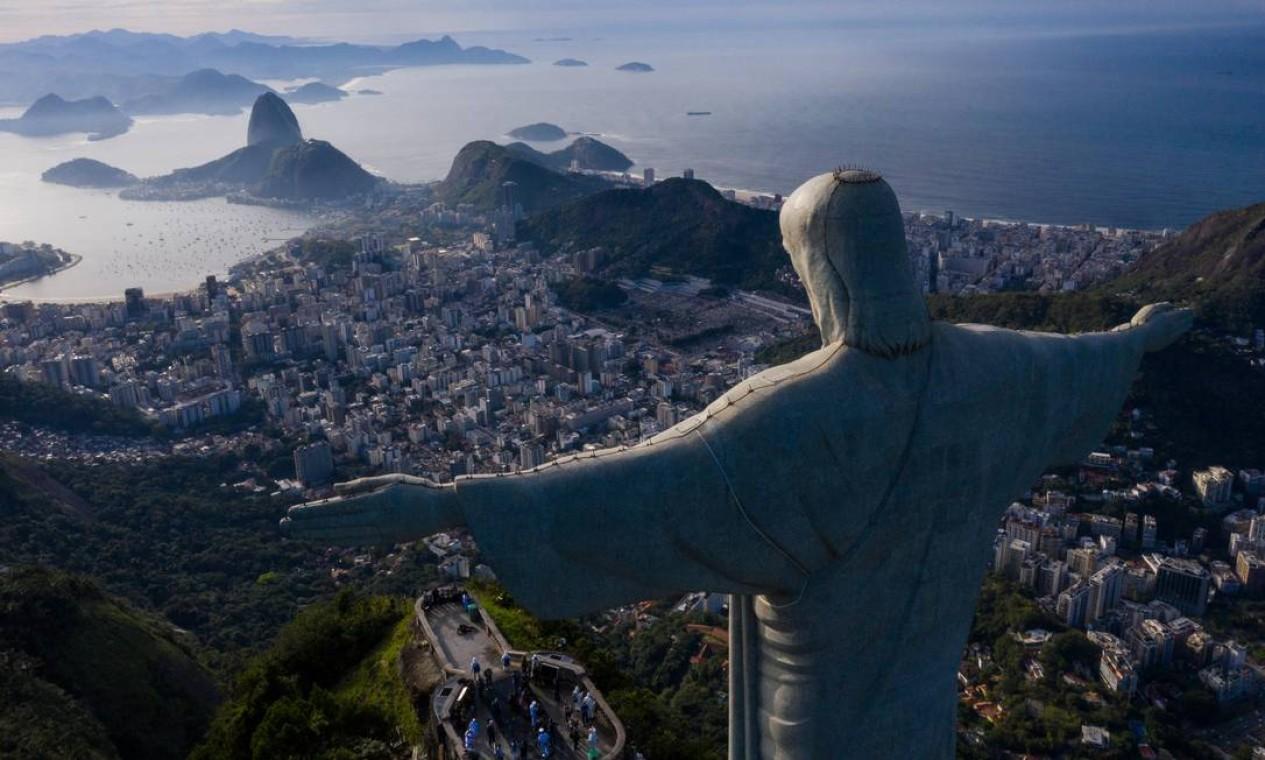 A cidade do Rio de Janeiro vista sob as bençãos do Cristo Redentor Foto: Brenno Carvalho / Agência O Globo