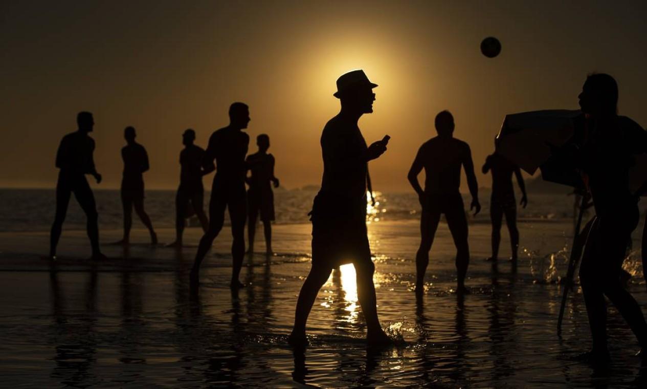Praia de Ipanema no fim de tarde Foto: Alexandre Cassiano / Agência O Globo