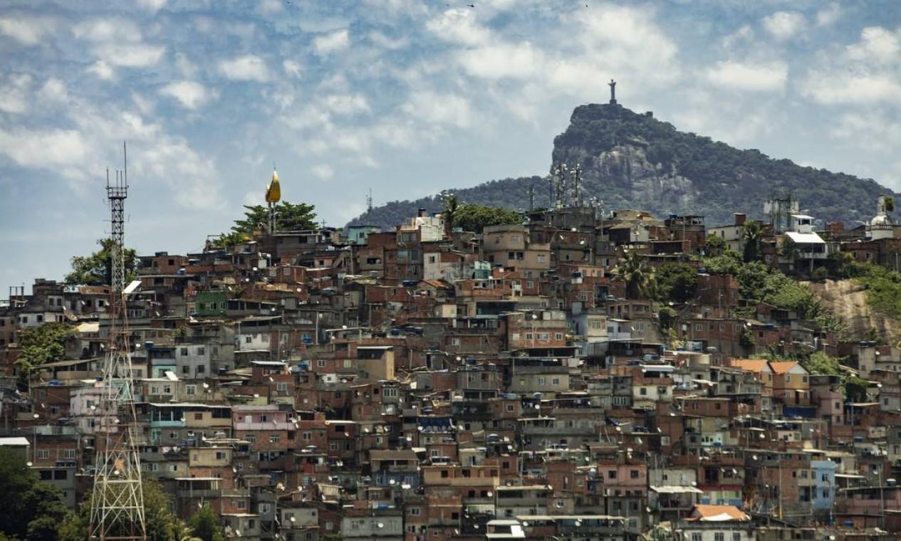 Morro da Providência e o Cristo de braços abertos para toda a cidade Foto: Ana Branco / Agência O Globo