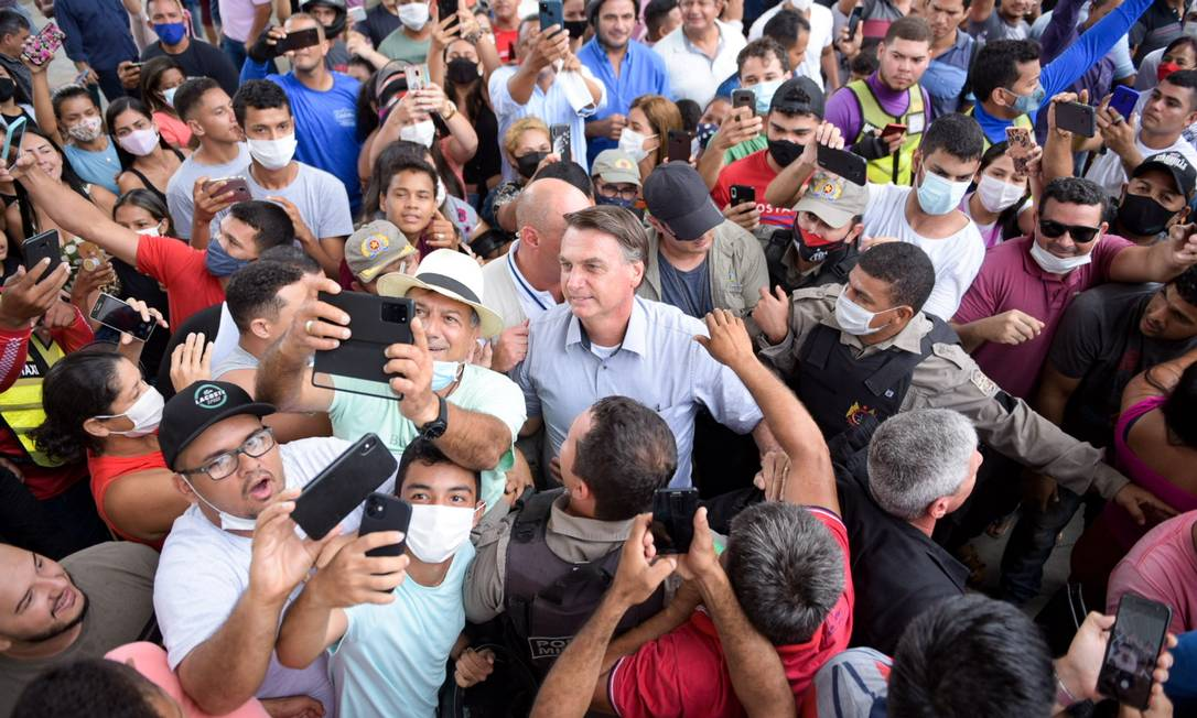 Aglomeração. Bolsonaro visita a cidade de Sena Madureira (AC), castigada recentemente por uma enchente: popularidade do presidente é maior no interior Foto: Diego Gurgel/iShoot / Agência O Globo