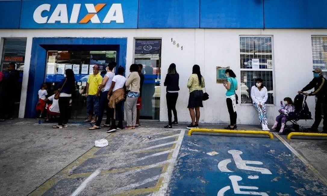 Fila na entrada de uma agência da Caixa Econômica Federal para receber auxílio emergencial Foto: .