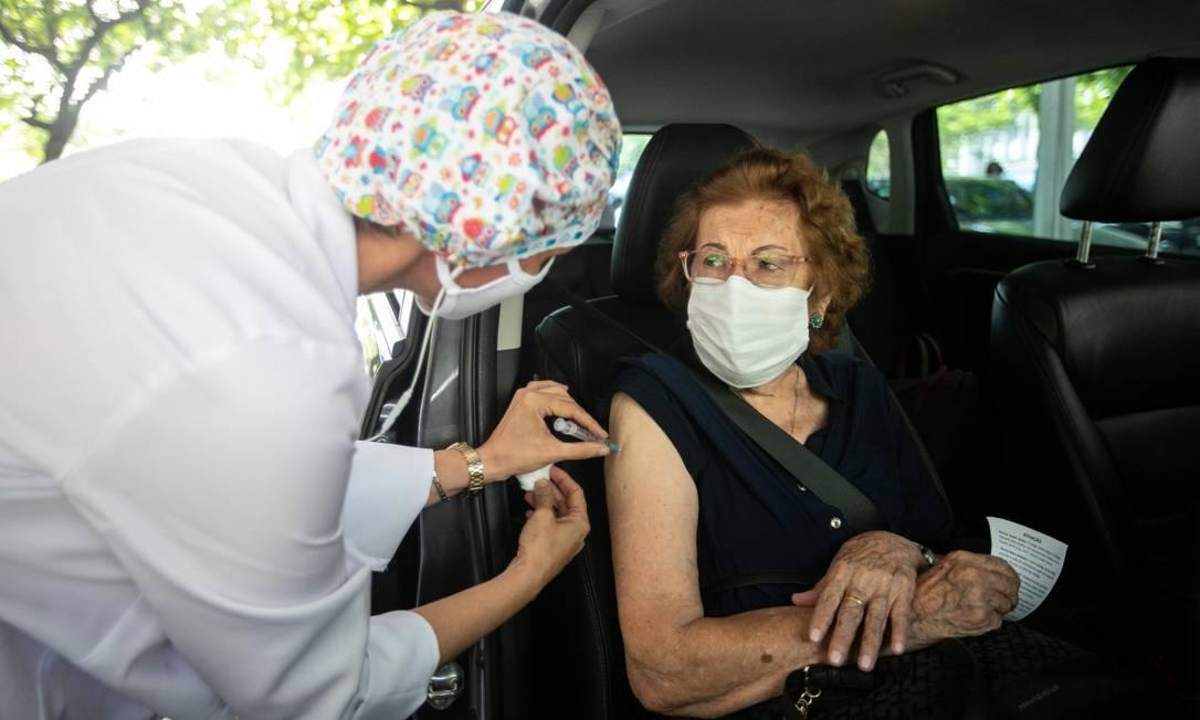 Drive-thru da Ueej é um dos postos a funcionar de 1º a 3 de março para atender a idosos acima de 79 anos Foto: Brenno Carvalho em 12-02-2021 / Agência O Globo