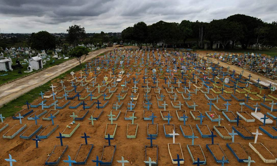 Vista aérea do cemitério Parque Taruma, em Manaus Foto: BRUNO KELLY / REUTERS