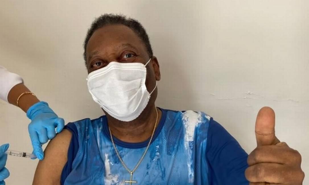 Pelé tomou a primeira dose da vacina contra a Covid-19 nesta terça-feira (2), em Santos, aos 80 anos Foto: Reprodução / Instagram