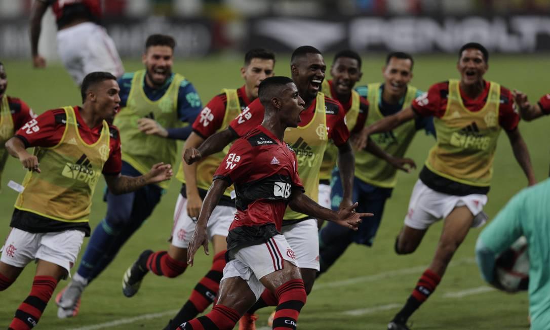 Max comemora gol contra o Nova Iguaçu Foto: Alexandre Cassiano