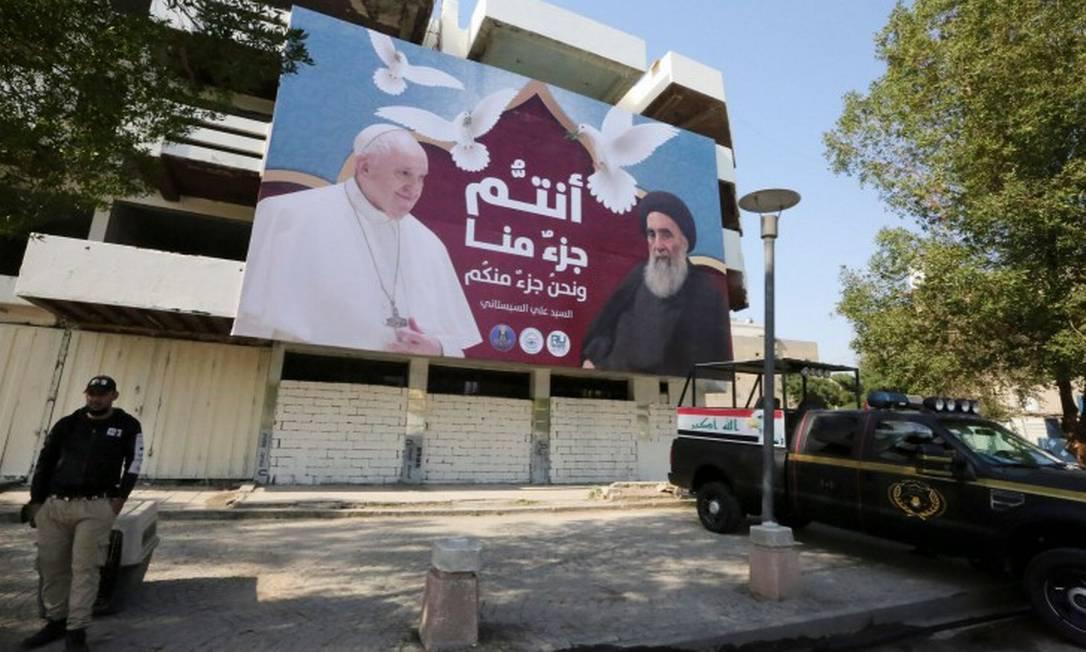 Outdoor mostra o Papa Francisco ao lado do aiatolá Ali Sistani antes da visita do Pontífice ao Iraque Foto: SABAH ARAR / AFP / 3-1-21