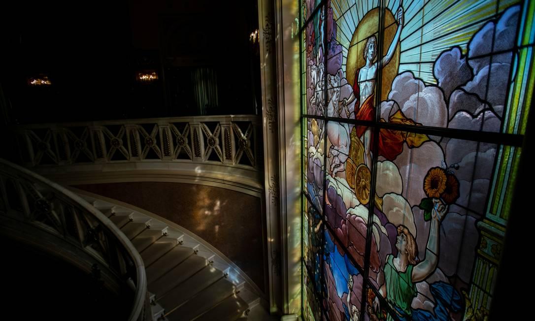 Vitrais colorem o Palácio Laranjeiras e auxiliam na iluminação do imóvel histórico Foto: Brenno Carvalho / Agência O Globo