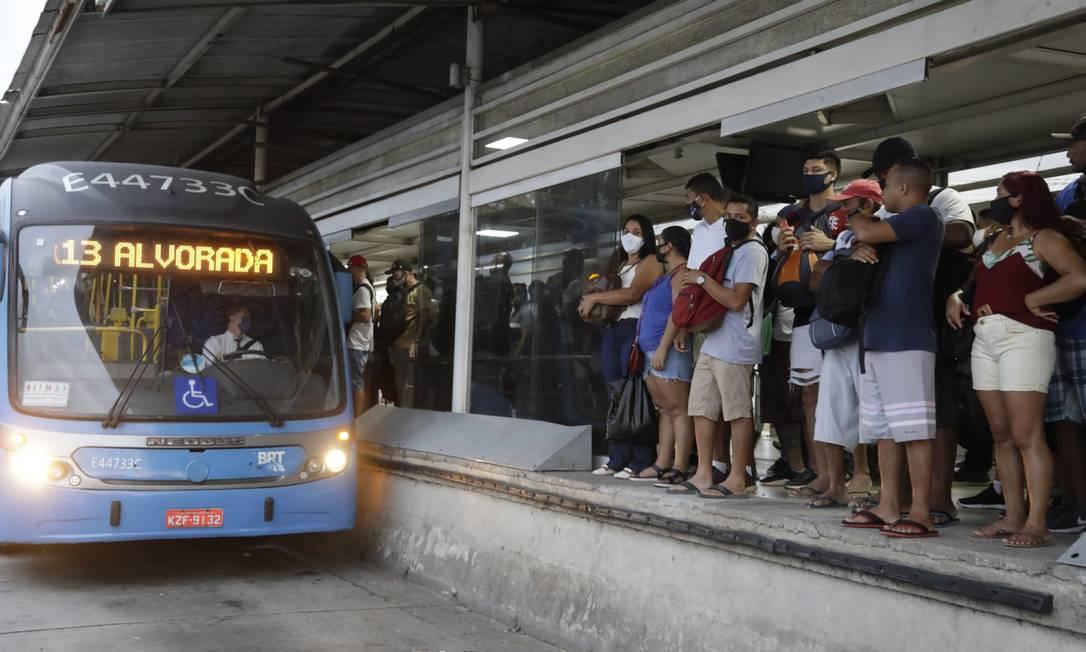 Transporte problemático: passageiros lidam diariamente com ônibus lotados, estações fechadas e panes elétricas nos veículos Foto: Gabriel de Paiva em 2-2-2021 / Agência O Globo