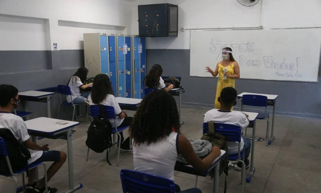 Aula do 9º ano em escola municipal no Rio: salas foram adaptadas para atender medidas de segurança Foto: Pedro Teixeira