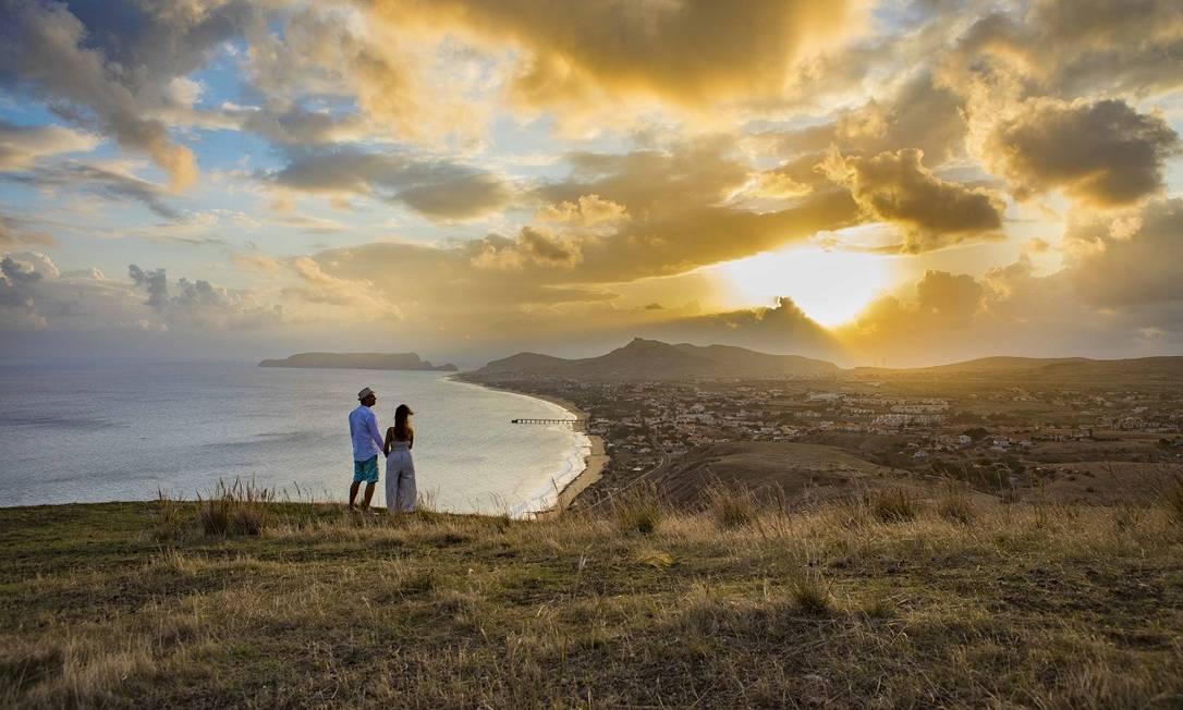Casal observa o pôr do sol na Ilha de Porto Santo, no arquipélago da Madeira, Portugal Foto: André Carvalho / Turismo da Madeira / Divulgação