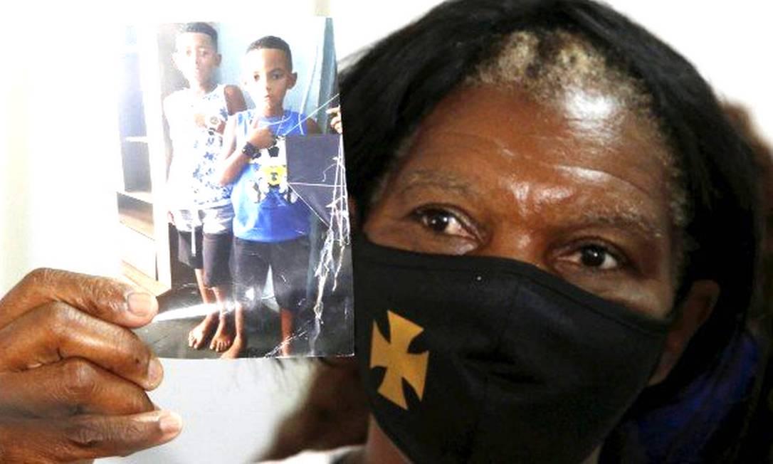 Silvia Regina, avó de duas das três crianças segura a fotografia dos netos desaparecidos Foto: Fabiano Rocha / Agência O Globo