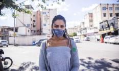 Sintomas. Ana Betriz, de 20 anos, chegou à UPAde Bangu com febre e dor Foto: Maria Isabel Oliveira / Agência O Globo