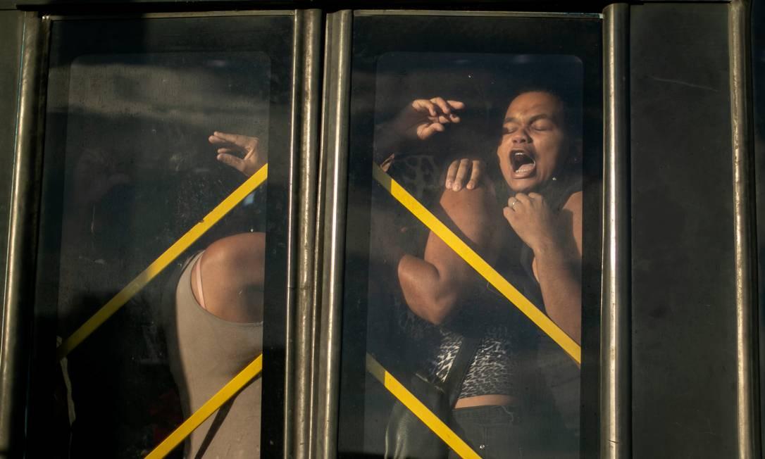 Mulher é imprensada contra porta de ?nibus do BRT no Mato Alto, Campo Grande, Zona Oeste do Rio Foto: Brenno Carvalho / Agência O Globo - 04/03/2021