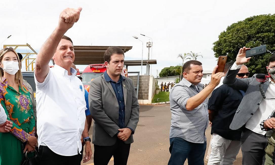 O presidente Jair Bolsonaro cumprimente apoiadores na visita a Uberlândia (MG) em março Foto: Alan Santos/Presidência