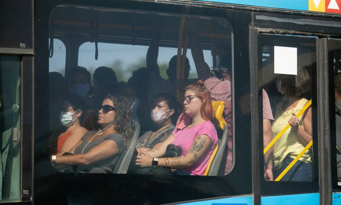 Aglomeração em ônibus do BRT no Rio de Janeiro Foto: Brenno Carvalho / Agência O Globo