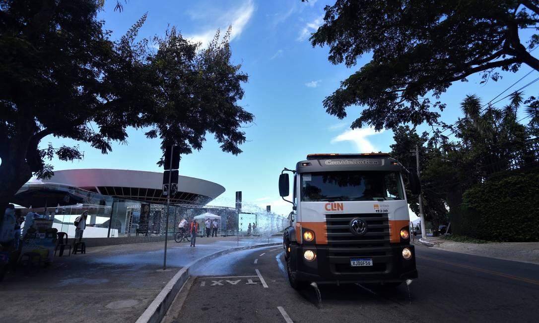 Sanitização: vias como a Avenida Engenheiro Martins Romeo, na Boa Viagem, receberam jatos com quaternário de amônio Foto: Prefeitura de Niterói/Douglas Macedo