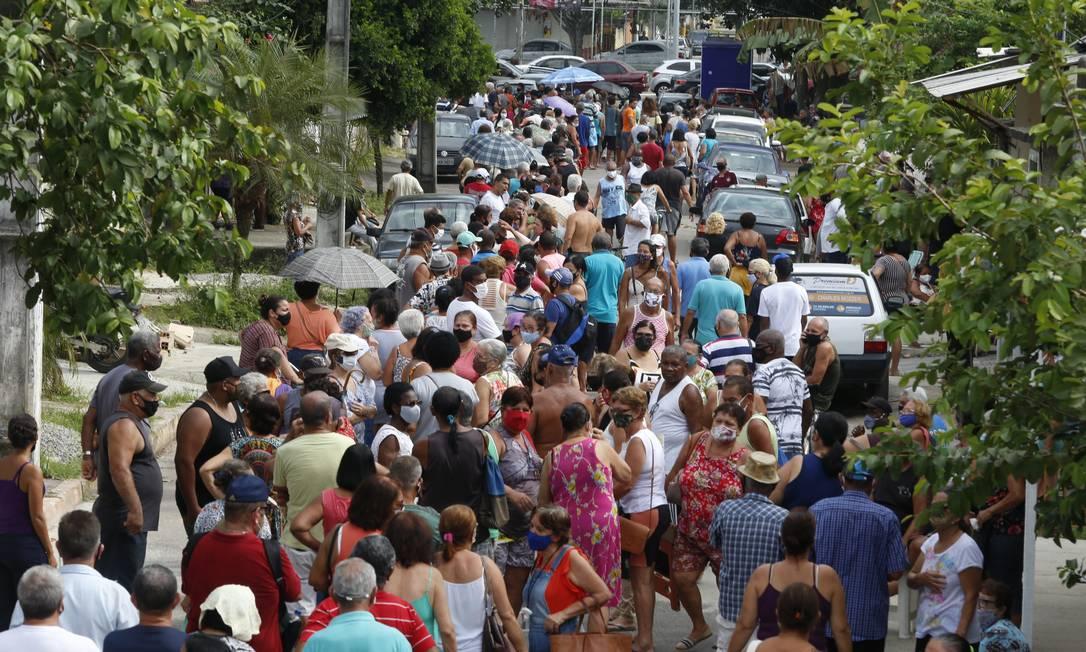 Sem necessidade de apresentar comprovante de residência, o primeiro dia de vacinação em Duque de Caxias foi marcado por aglomeração, tumulto e frustração Foto: Fabiano Rocha / Agência O Globo - 05/03/2021